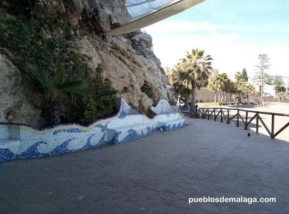 Junto al Santuario de la Virgen del Carmen en el Paseo Virgen del Carmen de Rincón de la Victoria hay unos bonitos asientos para descansar mirando la Virgen y la playa