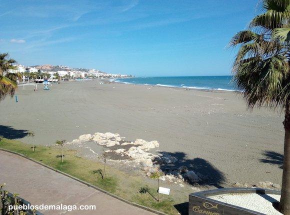 Playa del Rincón de la Victoria desde la entrada al Santuario de la Virgen del Carmen en el Paseo Virgen del Carmen de Rincón de la Victoria.