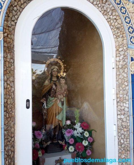 La Virgen del Carmen con el niño Jesús en brazos en el Santuario de Paseo Marítimo Virgen del Carmen de Rincón de la Victoria
