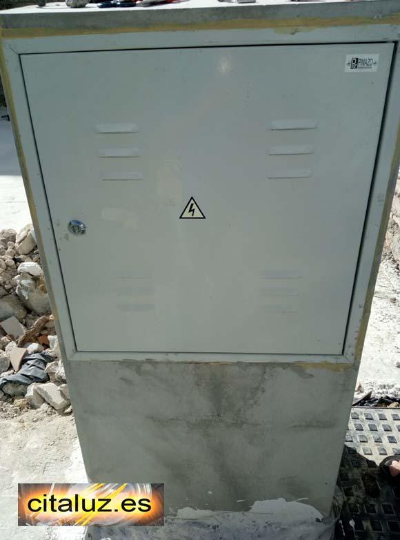 Hornacina de hormigón con cuadro eléctrico de obra