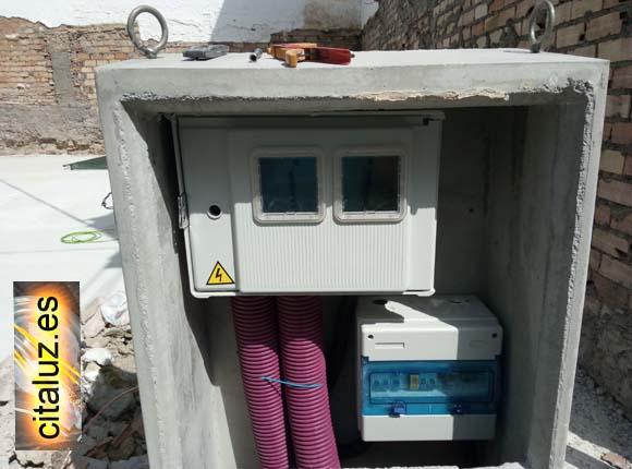 Hornacina de hormigón con módulo de contador y cuadro eléctrico de obra