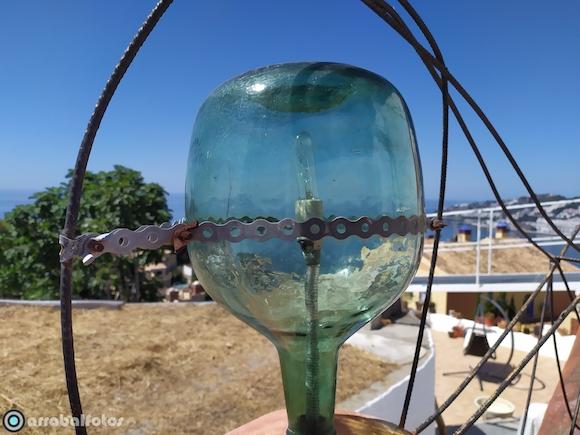 Lampara artesana para porche o jardín con damajuana invertida, realizada a mano con materiales reciclados