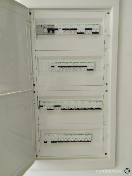 Cuadro eléctrico de vivienda con protector de sobretensiones y 4 diferenciales
